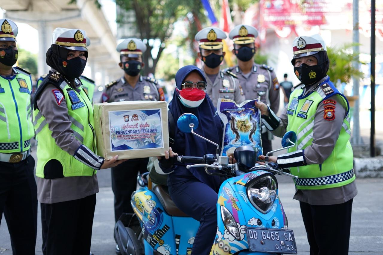 Halo, Pengendara Teladan di Makassar Diberi Hadiah Dan Reward Ditlantas Polda Sulsel
